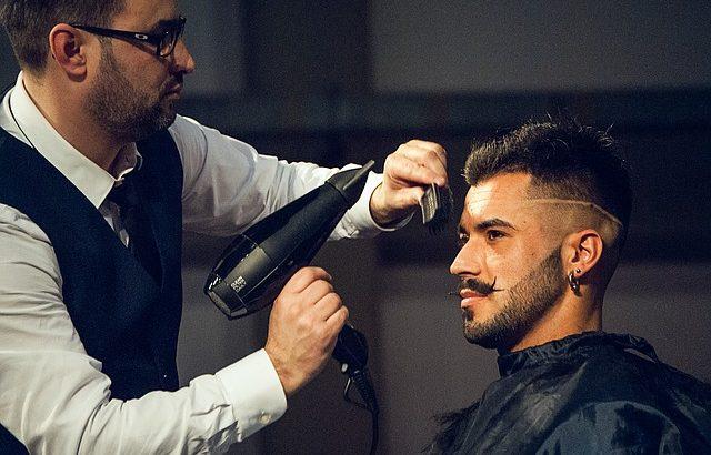 barbeiro finalizando cabelo